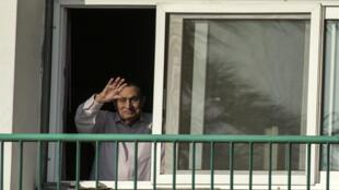 L'ex-président égyptien, Hosni Moubarak, saluant des partisans depuis sa chambre de l'hôpital militaire du Caire, le 6 octobre 2016.