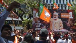 Decenas de simpatizantes del primer ministro de India, Narendra Modi, celebran los resultados electorales ante la sede del BJP en Mumbai el 23 de mayo de 2019.