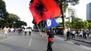 Un manifestant anti-Edi Rama brandit un drapeau albanais à Tirana, le 8 juin 2019.