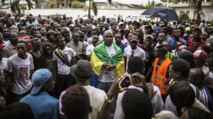Des partisans de Jean Ping devant son QG de campagne à Libreville le 28 août 2016.