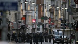 """Les policiers du Raid non loin de l'appartement """"conspirationiste"""" de Saint-Denis, le 18 novembre 2015."""
