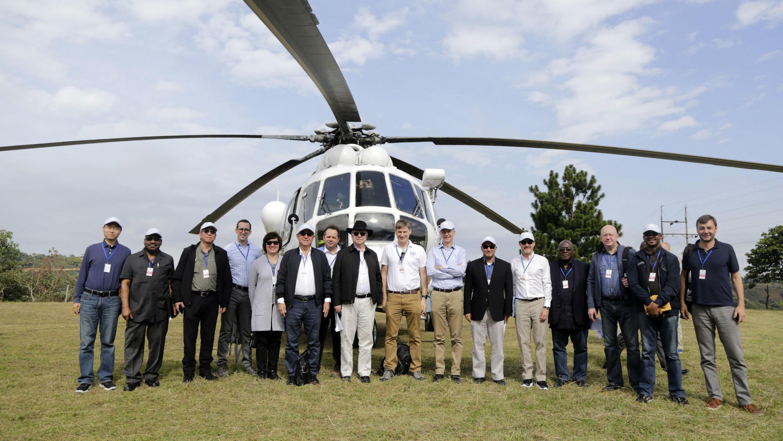 Una foto distribuida por la Oficina de Prensa de las Naciones Unidas muestra a miembros del Consejo de Seguridad en Los Monos, un espacio de reincorporación de los exguerrilleros de las FARC, en Caldono, departamento del Cauca, Colombia, el 13 de julio de 2019.