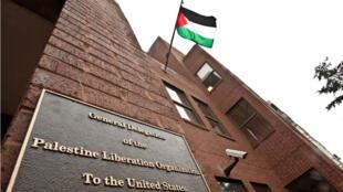 La bandera palestina ondea desde el edificio que alberga la Delegación General de la Organización de Liberación de Palestina (OLP) en Washington el 18 de enero de 2011.