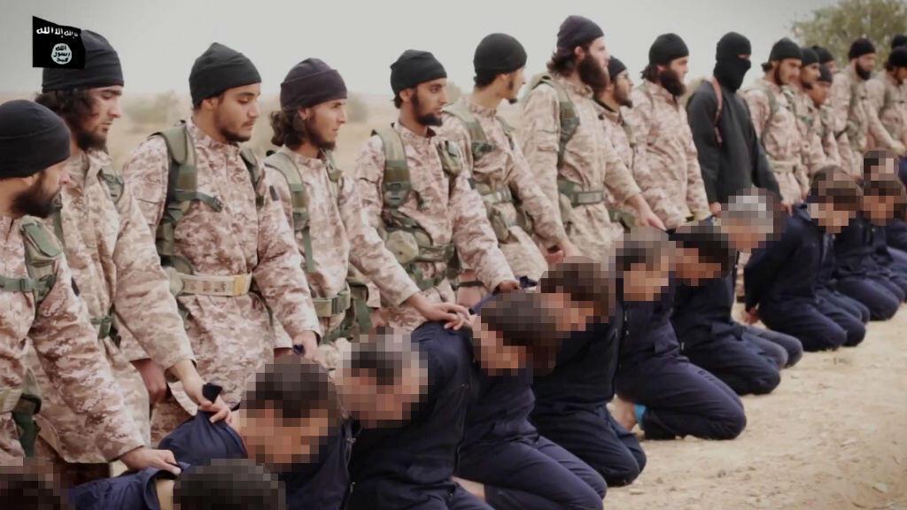 Image d'archives d'une vidéo de propagande de l'EI publiée en novembre 2014, montrant des jihadistes sur le point de décapiter des hommes présentés comme des militaires syriens.