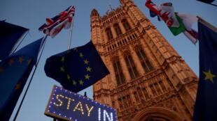Carteles contrarios al Brexit fuera del Parlamento británico. Londres, Reino Unido, el 22 de octubre de 2019.