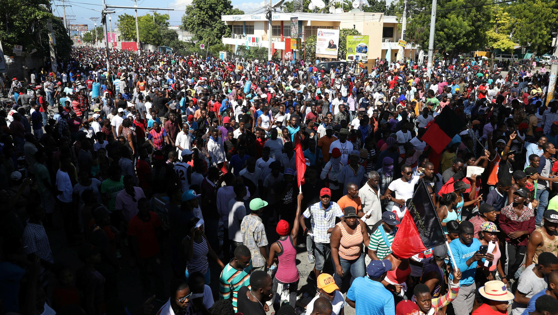 Cientos de manifestantes marchan, en Puerto Príncipe, Haití, el 18 de noviembre de 2018,para exigir una investigación sobre el presunto mal uso de fondos de PetroCaribe, programa patrocinado por Venezuela.