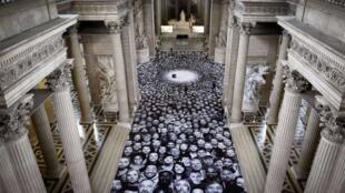 Une mosaïque de portraits a été déployée à l'extérieur et à l'intérieur du Panthéon