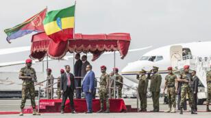 رئيس الوزراء الإثيوبي آبيي أحمد يستقبل رئيس إريتريا إيسايس أفورقي عند وصوله إلى أديس أبابا في 14 تموز/يوليو 2018