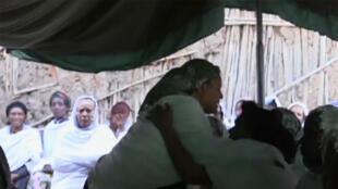 Les femmes des deux victimes éthiopiennes pleurent leurs morts.