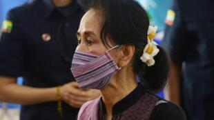الزعيمة البورمية أونغ سان سو تشي في 27 كانون الثاني/يناير 2021.