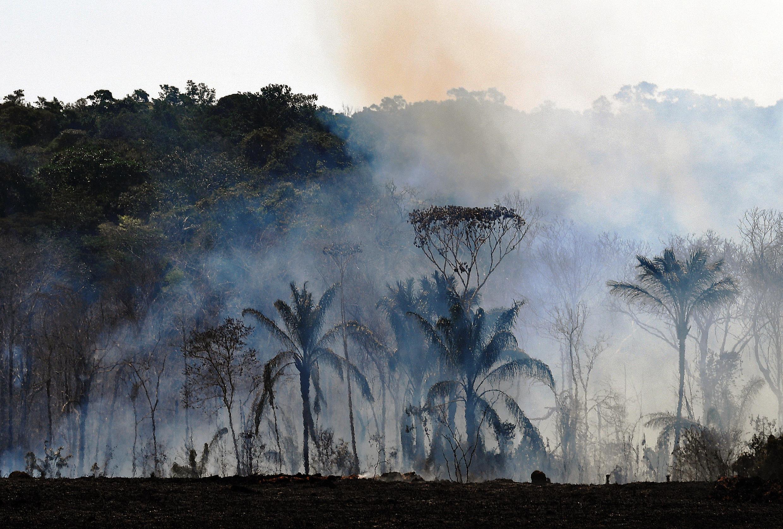 Un incendie brûle une réserve de forêt amazonienne au nord de Sinop, État du Mato Grosso, Brésil le 10 août 2020.