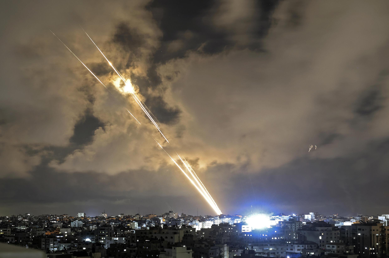 صواريخ تُطلق باتجاه إسرائيل من قطاع غزة الذي تسيطر عليه حركة حماس في 20 أيار/مايو 2021