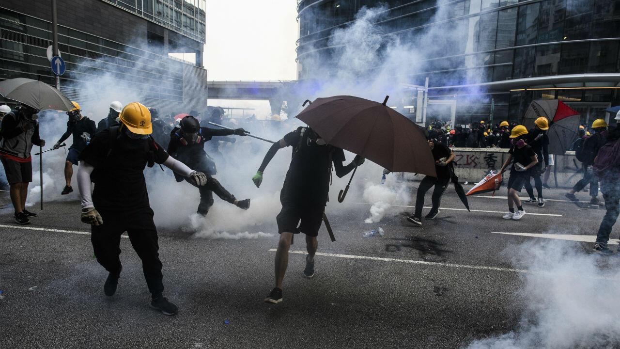 La policía disparó gases lacrimógenos contra los manifestantes en la bahía de Kowloon, Hong Kong el 24 de agosto de 2019, durante el duodécimo fin de semana de protestas contra lo que consideran autoritarismo chino, en la región semiautónoma.
