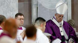 El Papa Francisco dirigiendo la misa del Miércoles de Ceniza en la Basílica de Santa Sabina, en Roma, Italia, el 6 de marzo de 2019.