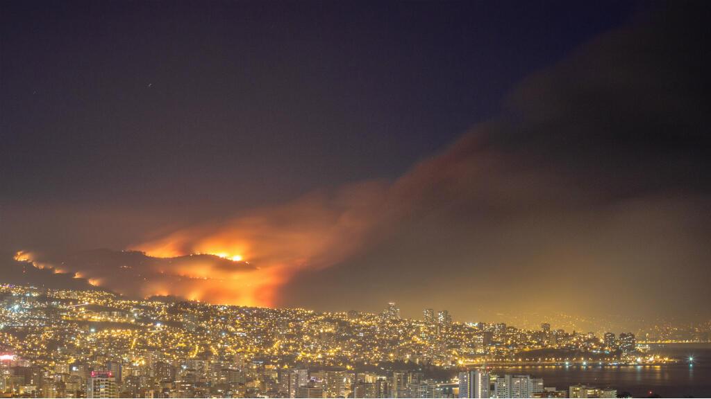 Tomada desde Gómez Carreño, una vista lejana a la tragedia y el impacto de un incendio de impresionante magnitud en Valparaiso, Chile el 12 de abril de 2014.