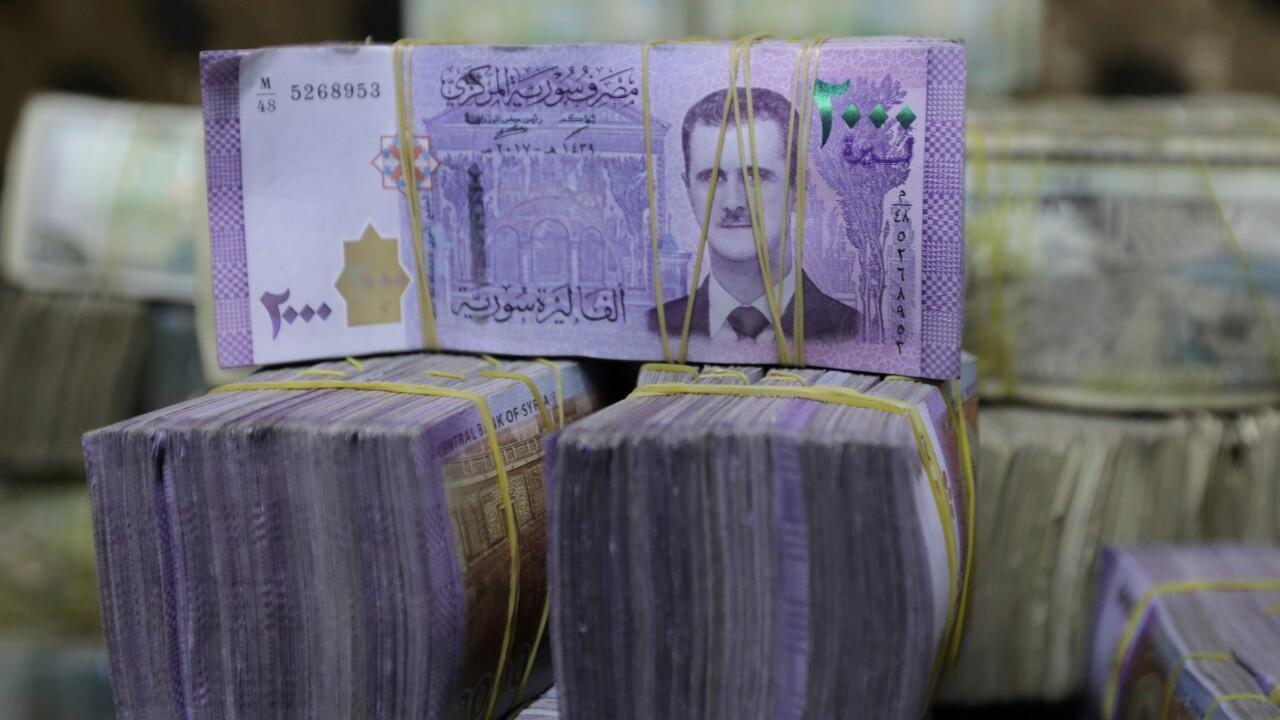 Archivo-Billetes de libras sirias con la imagen estampada del rostro del presidente Bashar al-Assad. En Azaz, Siria, el 3 de febrero de 2020.