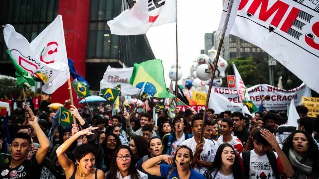 Estudiantes marchan este martes en la avenida Paulista de Sao Paulo (Brasil). Los brasileños volvieron este martes a las calles para protestar contra los recortes en educación promovidos por el presidente del país.