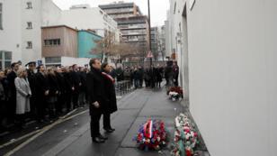 Emmanuel Macron et Anne Hidalgo assistent, dimanche 7 janvier, aux cérémonies d'hommage aux victimes des attentats jihadistes de janvier 2015. Ici devant les anciens locaux de l'hebdomadaire satirique, Charlie Hebdo.