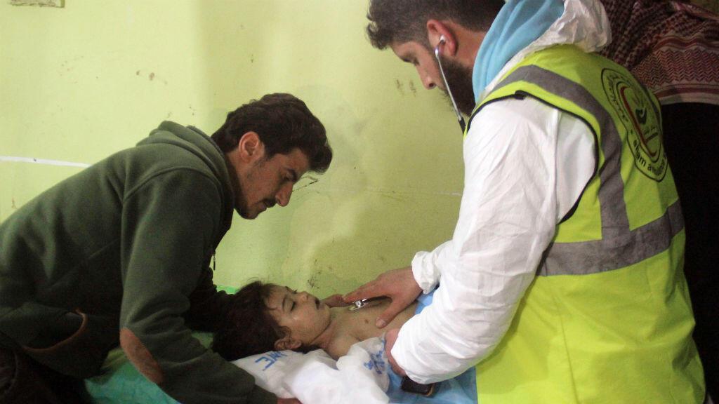Une fillette syrienne oscultée à l'hopital de Khan Sheikhun, après une attaque au gaz toxique.