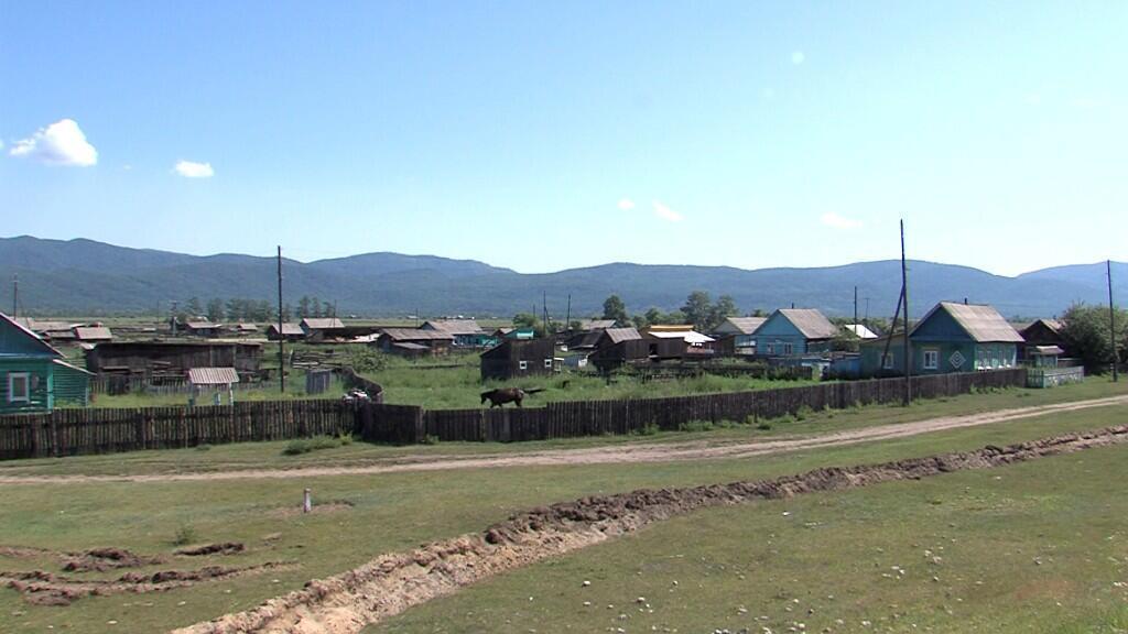 Una vista muestra una trinchera excavada por las autoridades locales alrededor de una remota aldea siberiana de Shuluta para imponer una cuarentena debido al brote de la enfermedad coronavirus (COVID-19), en la República de Buryatia, Rusia, en esta imagen fija tomada del vídeo, el 6 de julio de 2020 .
