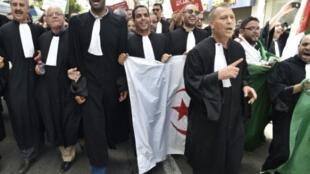 محامون يتظاهرون بالعاصمة الجزائرية