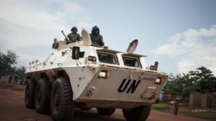 Des soldats tanzaniens de la mission de maintien de la paix des Nations Unies en République centrafricaine (MINUSCA) patrouillent dans la ville de Gamboula, menacée par le groupe Siriri, le 6 juillet 2018.