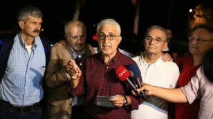 Les cinq ex-journalistes de Cumhuriyet après leur libération de la prison de Kandira, le 12 septembre 2019.