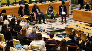 Activistas participan en la primera Cumbre de la Juventud sobre el Clima, en la sede de Naciones Unidas, en Nueva York, Estados Unidos, junto al Secretario General de la ONU, Antonio Guterres, el 21 de septiembre de 2019.