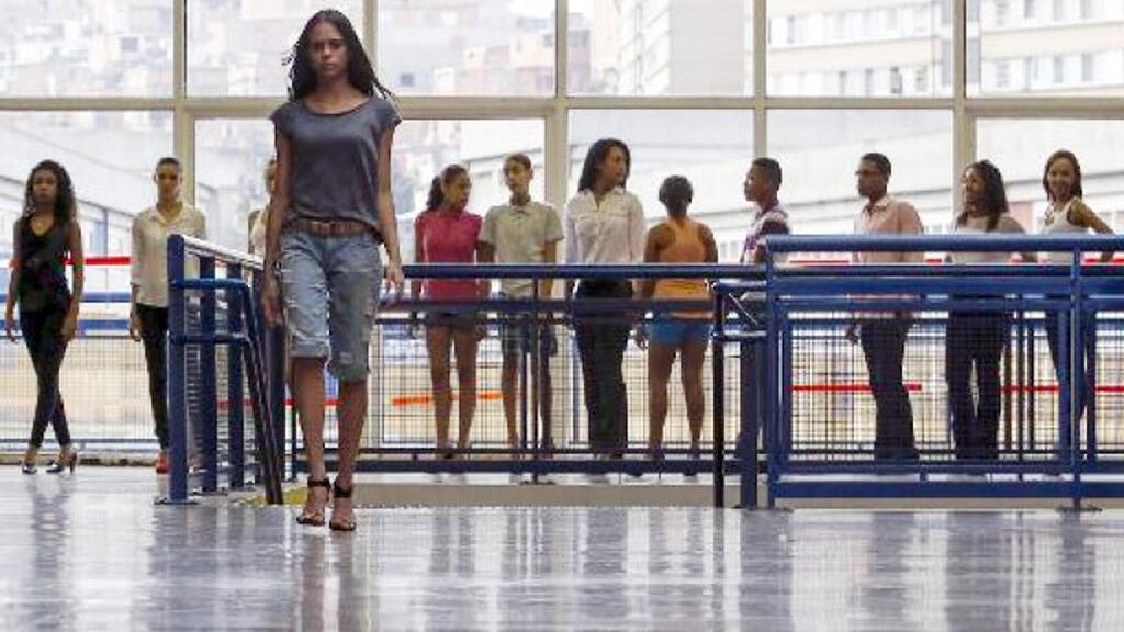 """-عارضات يتمرن في ساوباولو ضمن مشروع """"الضاحية تبتكر الموضة"""""""