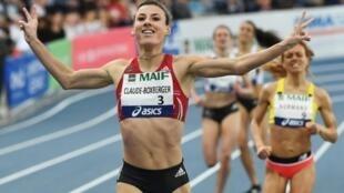 Ophélie Claude-Boxberger franchit en tête la ligne d'arrivée du 1500 m aux Championnats de France d'athlétisme, le 17 février 2019 à Miramas