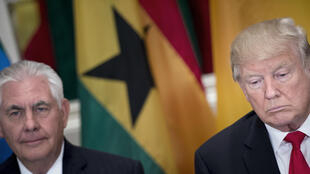 El secretario de Estado estadounidense, Rex Tillerson, y el presidente de los Estados Unidos, Donald Trump, esperan un almuerzo con líderes estadounidenses y africanos en el Palace Hotel durante la 72ª Asamblea General de las Naciones Unidas el 20 de septiembre de 2017 en Nueva York.