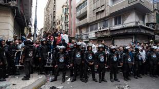 Les Égyptiens se sont rassemblés devant l'Église Saint-Marc, à Alexandrie, où a eu lieu un des deux attentats.