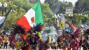 Los ciudadanos mexicanos residentes en otros países también conmemoran el Día de la Independencia con verbenas tradicionales y desfiles, como este en Los Ángeles, Estados Unidos, donde reside una de las mayores diásporas mexicanas en el mundo. 8 de septiembre de 2019.