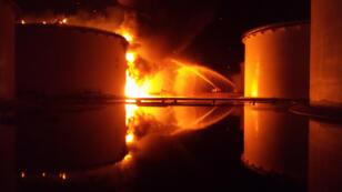 Des réservoirs de carburant en feu près de Tripoli.