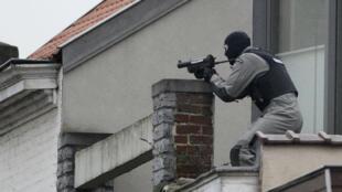 Un membre des forces spéciales de la police belge dans la commune de Forest, à Bruxelles.