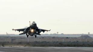 Un avion militaire égyptien atterrit après avoir procédé à des frappes en Libye en février 2015. (Archive)