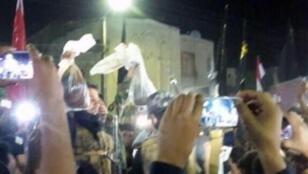 رفع رأسان خلال مراسم تشييع مقاتل شيعي في البصرة