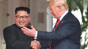 الرئيس الأمريكي دونالد ترامب والزعيم الكوري الشمالي كيم جونغ أون بمصافحة تاريخية