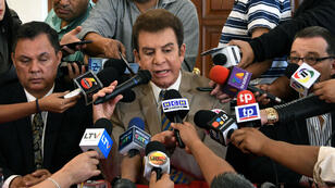 AFP / Presidential candidate for the Opposition Alliance Against the Dictatorship, Salvador Nasralla (C), talks to the press, in Tegucigalpa on December 22, 2017.