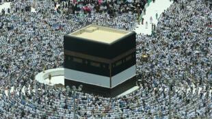 Des fidèles musulmans en train de prier autour de la Kaaba, le sanctuaire le plus sacré de l'islam, le 16 août 2018, à la Grande Mosquée de la Mecque en Arabie Saoudite, avant le début du pèlerinage annuel du Hajj.