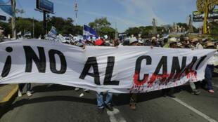 Des opposants au canal défilent dans la capitale Managua, le 10 décembre dernier.