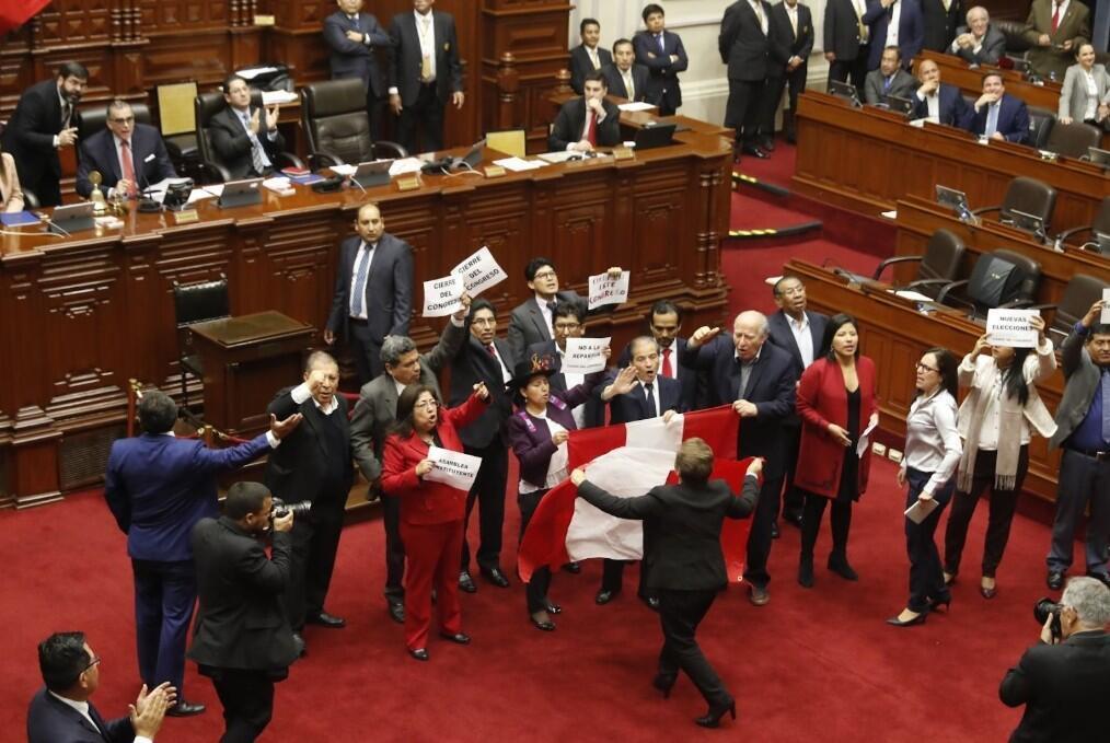 En medio de la elección del nuevo TC, del que solo llegó a designarse a un candidato, algunos congresistas de izquierda bajaron hacia el centro del Hemiciclo para protestar y reiterar su deseo de cierre del Parlamento.