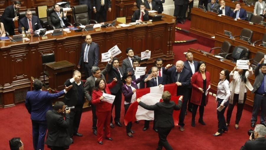 Las cinco claves del cierre del Congreso decretado en Perú por Martín  Vizcarra
