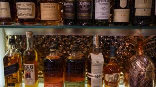 Botellas de licores varios en un bar de Washington el 3 de enero de 2020