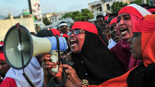 متظاهرين في شوارع مقديشو الأحد 15 أكتوبر بعد يومين من التفجير المزدوج