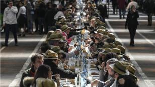 El almuerzo tenía como propósito romper el récord mundial de la mesa más larga, para celebrar el aniversario del mercado internacional de alimentos de Rungis, Francia, el 17 de marzo de 2019.