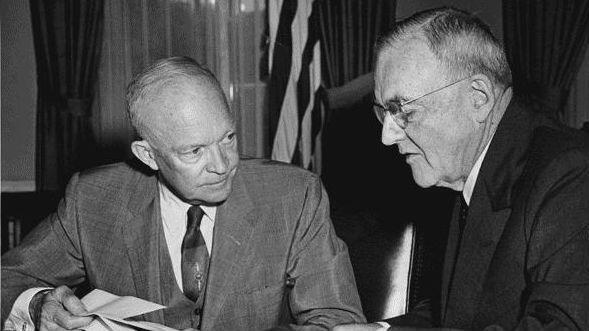 Presidente Eisenhower y el secretario de Estado John Foster Dulles reunidos en la Casa Blanca el 14 de agosto de 1956. Foster fue el defensor del golpe de estado guatemalto de 1954.