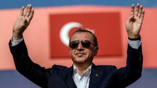 الرئيس التركي رجب طيب أردوغان في تجمع يوم 16 أغسطس/آب 2016 في إسطنبول، وضد محاولة الانقلاب الفاشلة في 15 يوليو/تموز. أ ف ب