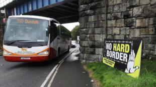 Un bus pour Dundalk, en République d'Irlande, traverse la ville de Newry, en Irlande du Nord.