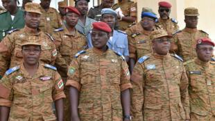 Le lieutenant-colonel Isaac Zida (centre), autoproclamé président par intérim, après une réunion à Ouagadougou, le 3 novembre.